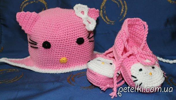 Вязаный комплект Hello Kitty. Шапочка и пинетки. Модель Д2