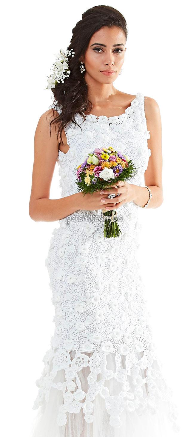 Не просто красивое, а поистине шикарное свадебное платье, связанное крючком из цветочных мотивов и маленьких листочков. Есть выкройка и все схемки