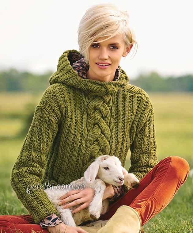 Пуловер с косой и капюшоном.
